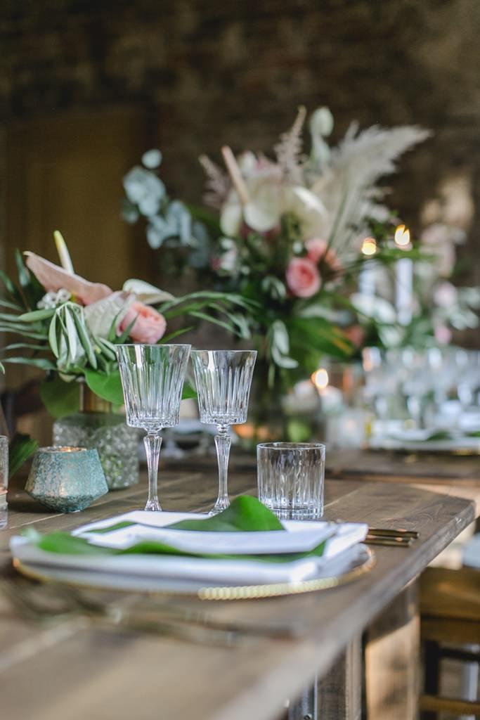 moderne Hochzeitstischdeko mit Greenery und Kristallgläsern | Hochzeitsfoto: Hanna Witte