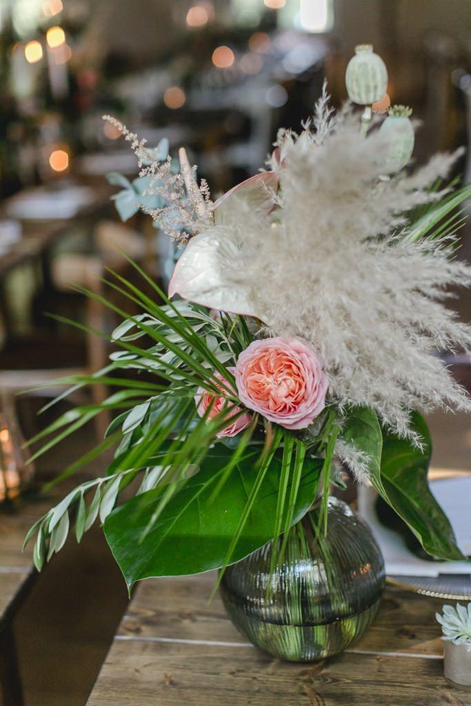 Hochzeitstischdeko mit Pampasgras, Greenery und Pfingstrosen in Rosa | Hochzeitsfoto: Hanna Witte