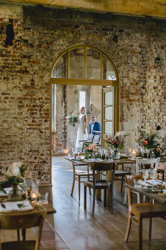das Brautpaar in der Hochzeitslocation Rittergut Orr | Hochzeitsfoto: Hanna Witte