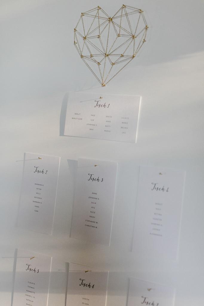 Hochzeitssitzplan mit goldenem, Geometrie-Herz | Hochzeitsfoto: Hanna Witte
