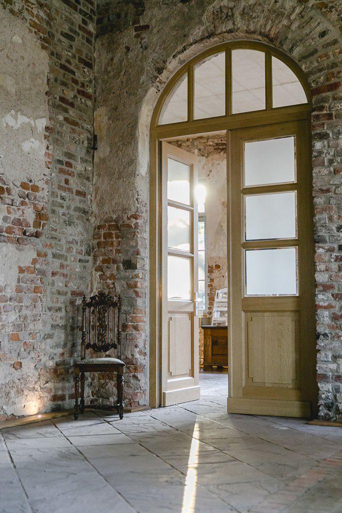 Raum mit Shabby Backsteinwand in der Hochzeitslocation Rittergut Orr | Hochzeitsfoto: Hanna Witte