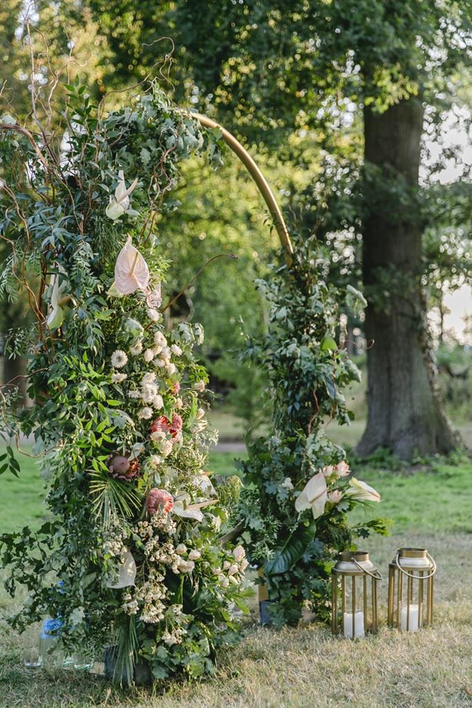 kreisförmiger Traubogen mit Greenery und Blumendeko | Hochzeitsfoto: Hanna Witte