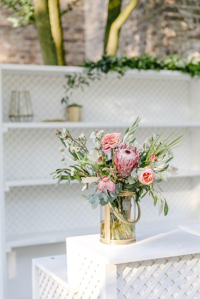 Hochzeitsblumen mit Protea und Rosen in Rosa | Hochzeitsfoto: Hanna Witte