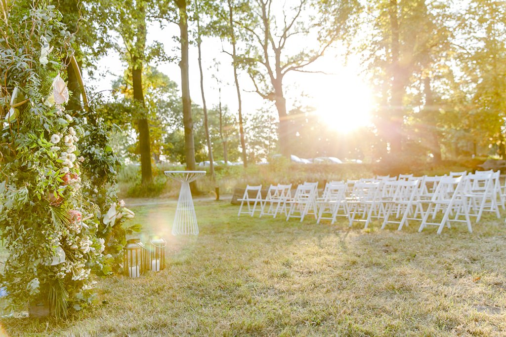 Freie Trauung auf der Wiese von Rittergut Orr feiern | Hochzeitsfoto: Hanna Witte