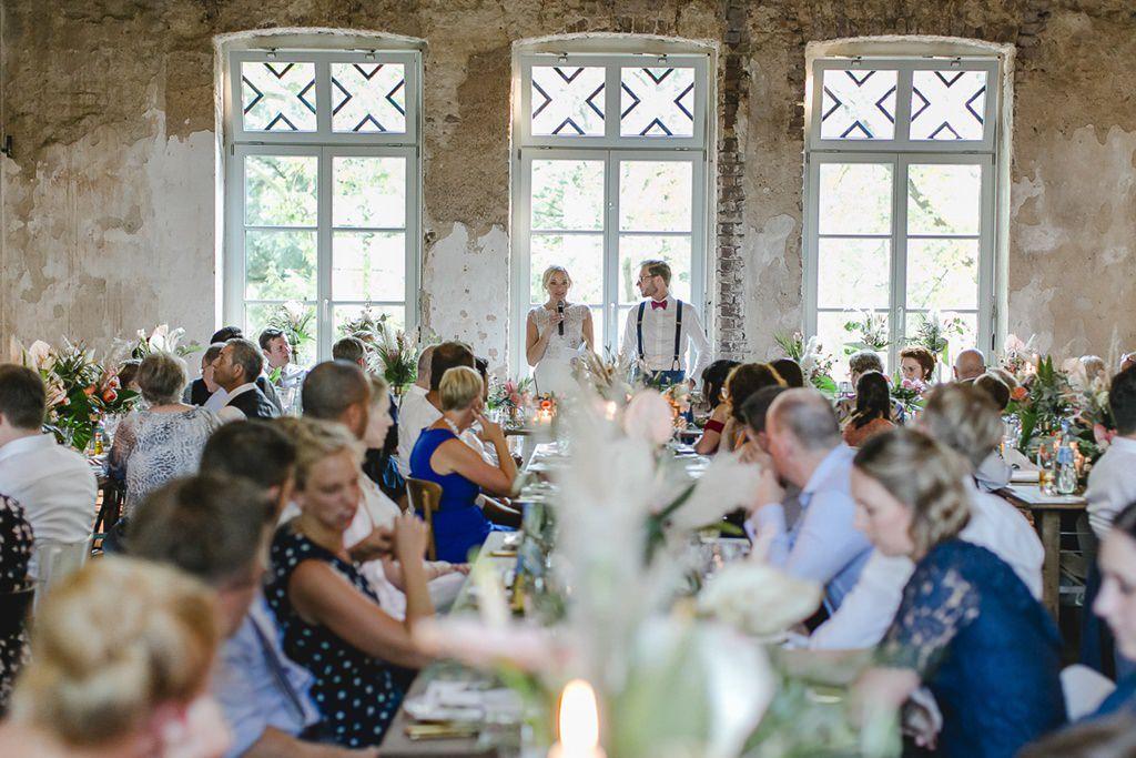 die Braut hält beim Hochzeitsbankett im Rittergut Orr eine Rede | Hochzeitsfoto: Hanna Witte