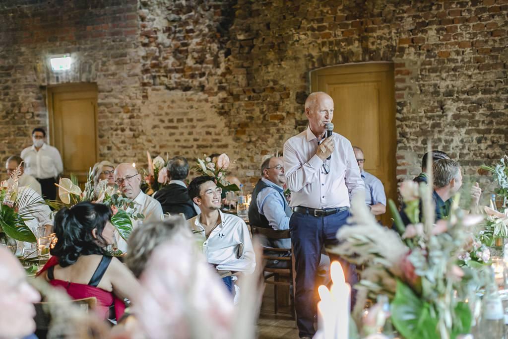 der Brautvater hält eine Rede bei der Hochzeitsfeier im Rittergut Orr | Hochzeitsfoto: Hanna Witte