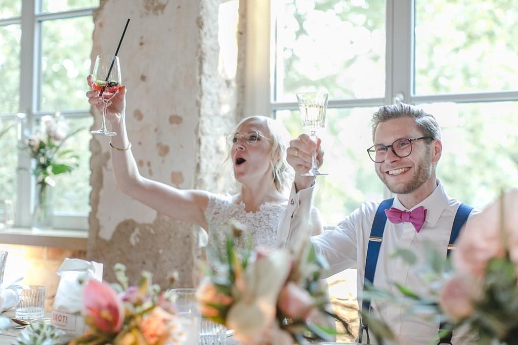 das Brautpaar prostet den Hochzeitsgästen zu | Hochzeitsfoto: Hanna Witte