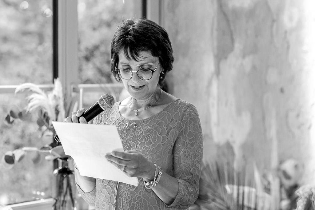 die Brautmutter hält bei der Hochzeitsfeier eine Rede | Hochzeitsfoto: Hanna Witte
