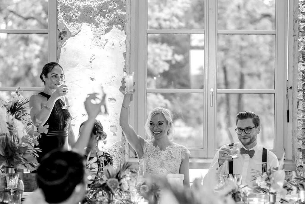 Brautpaar Toast bei einer Hochzeitsfeier im Rittergut Orr | Hochzeitsfoto: Hanna Witte