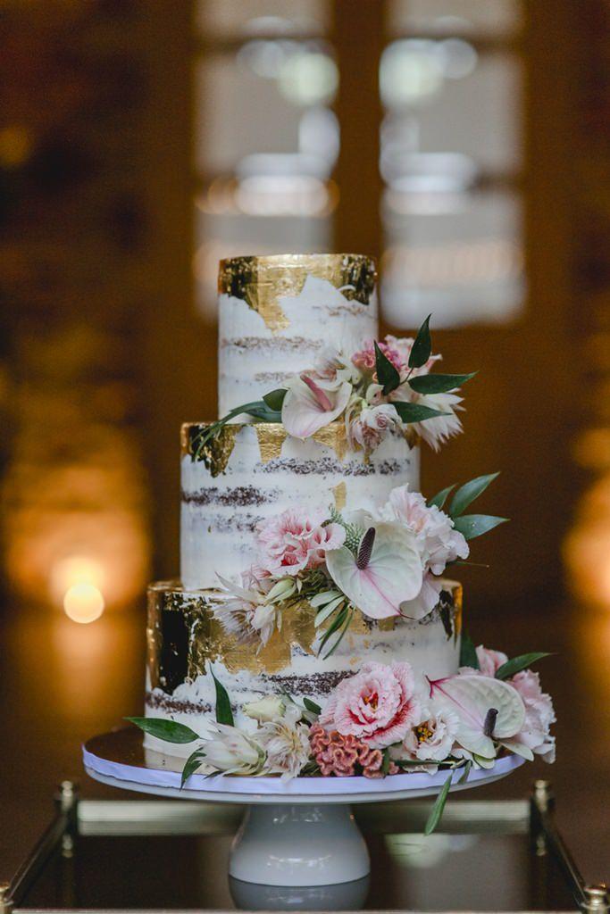 Semi Naked Cake Hochzeitstorte mit Blumendeko und Blattgold | Hochzeitsfoto: Hanna Witte