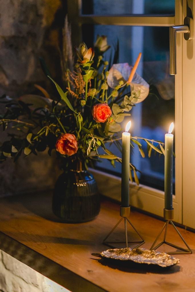 Hochzeitsdeko mit Blumen, Eukalyptus und Kerzen | Hochzeitsfoto: Hanna Witte