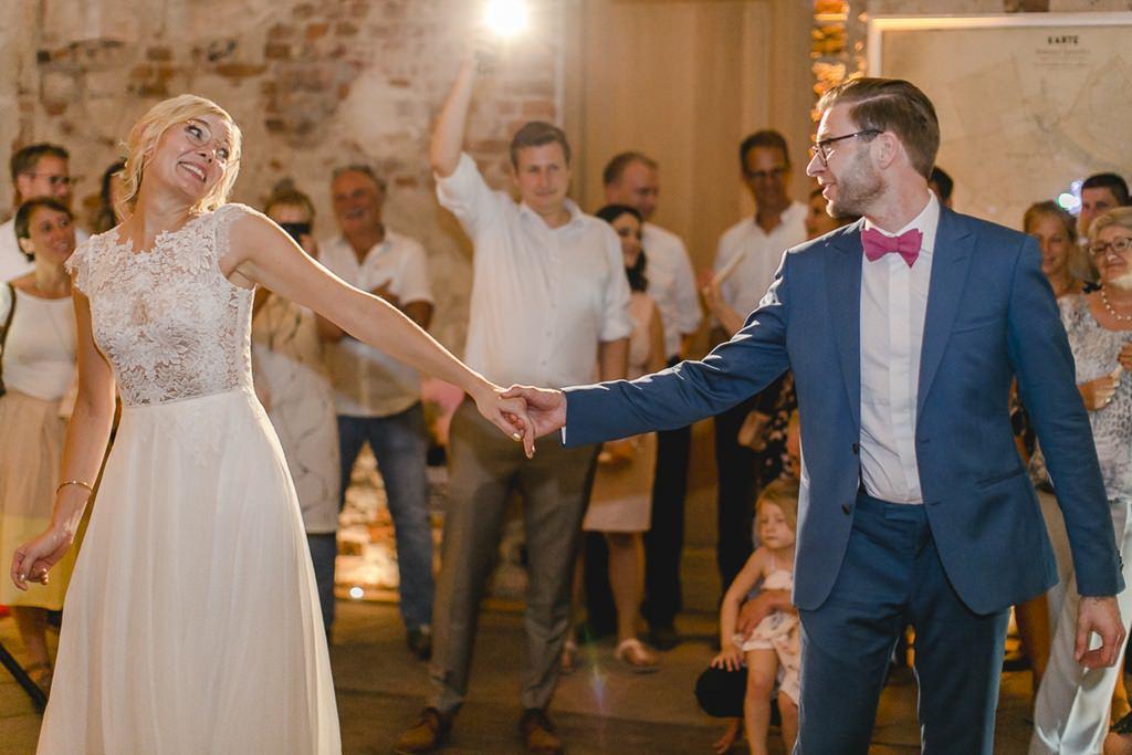 Brautpaar beim Eröffnungstanz einer Hochzeitsfeier im Rittergut Orr | Hochzeitsfoto: Hanna Witte