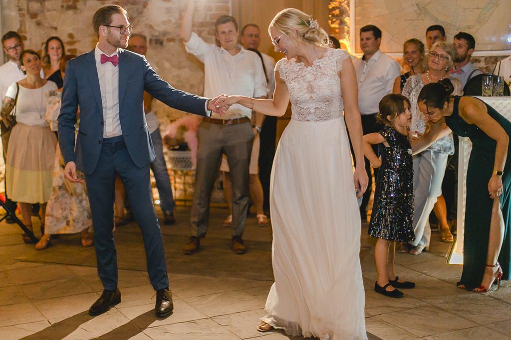 Brautpaar beim Hochzeitstanz im Rittergut Orr | Hochzeitsfoto: Hanna Witte
