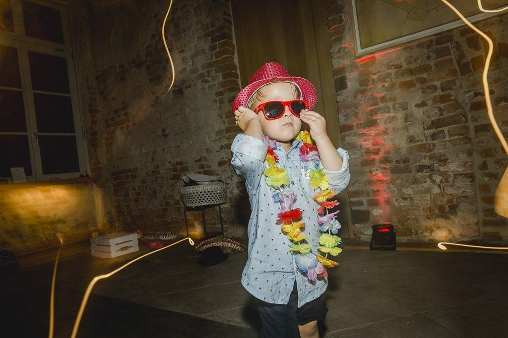 Kleiner Hochzeitsgast in lustigem Sommer-Look beim Tanzen | Hochzeitsfoto: Hanna Witte
