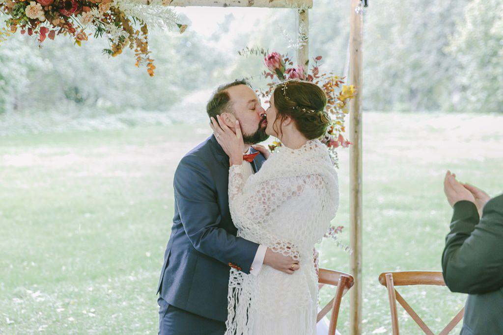 Hochzeitskuss nach einer Freien Trauung bei Regen | Foto: Hanna Witte