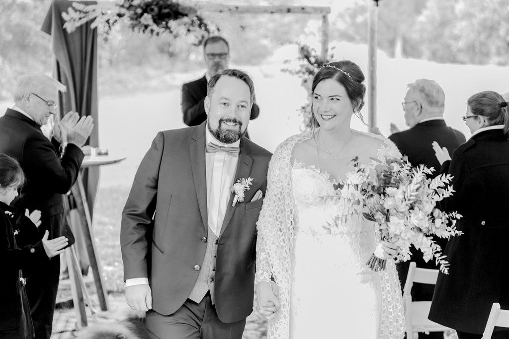 Brautpaar Auszug nach einer Freien Trauung draußen | Foto: Hanna Witte