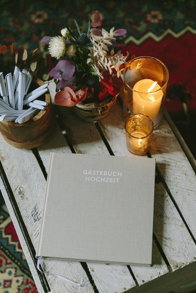schlichtes Hochzeits-Gästebuch mit grauem Einband | Foto: Hanna Witte