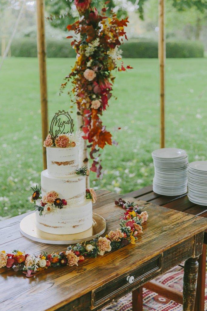 Semi Naked Cake Hochzeitstorte mit Herbstblumen-Deko | Foto: Hanna Witte