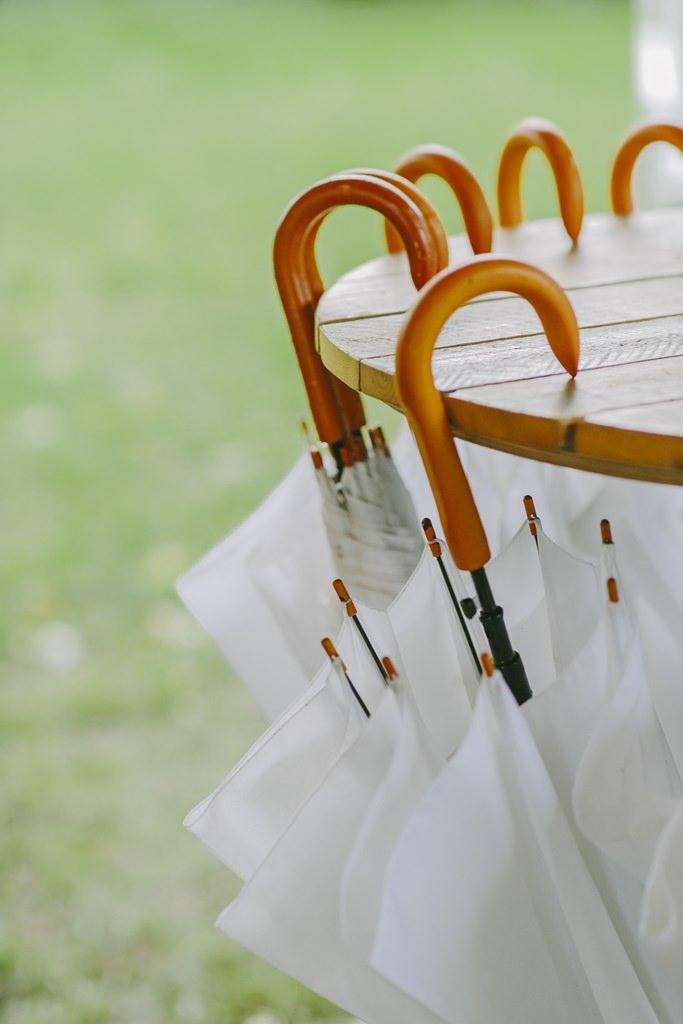 weiße Regenschirme für eine Freie Trauung draußen | Foto: Hanna Witte