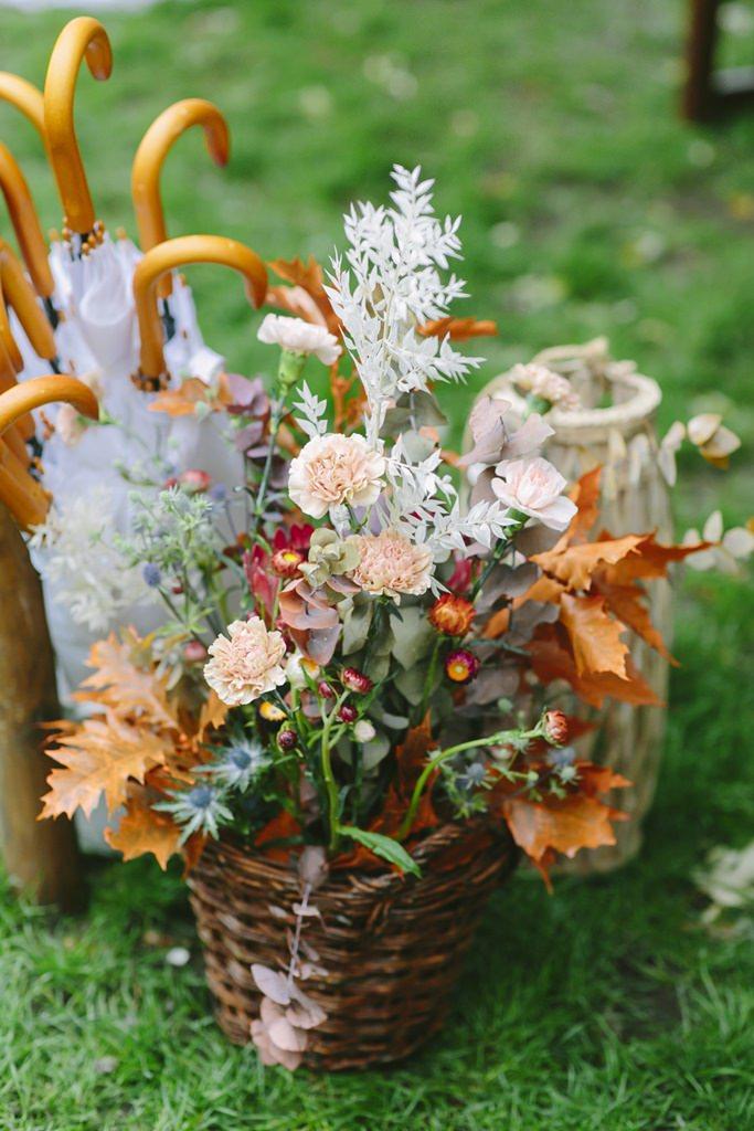 Freie Trauung Deko: Herbstblumen in einem geflochtenen Weidekorb | Foto: Hanna Witte