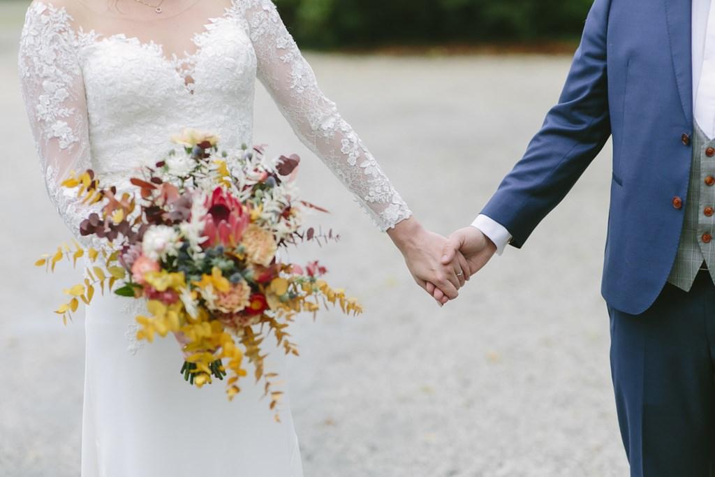 das Brautpaar hält sich an den Händen | Foto: Hanna Witte