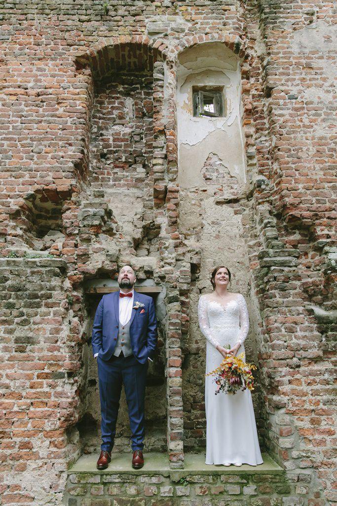 originelles Paarfoto von Braut und Bräutigam in einer Ruine | Foto: Hanna Witte