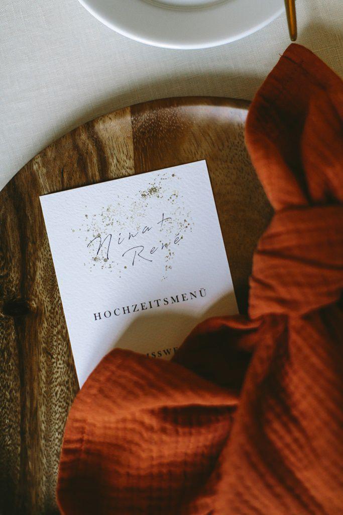 schlichte Hochzeitsmenükarte mit Goldmuster | Foto: Hanna Witte