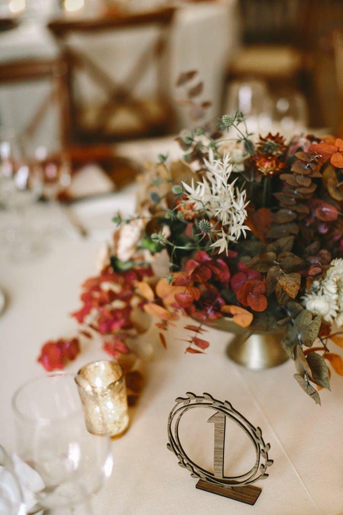Hochzeitstischdeko mit Blumendeko in Herbstfarben | Foto: Hanna Witte