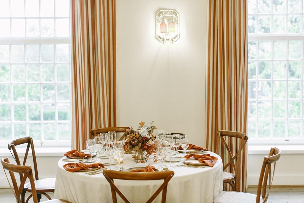 herbstlich gedeckter Tisch im Festsaal der Hochzeitslocation Schloss Hertefeld | Foto: Hanna Witte