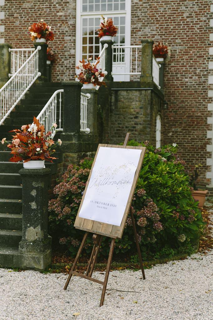 Rustikales Hochzeitswillkommensschild bei einer Herbsthochzeit | Foto: Hanna Witte