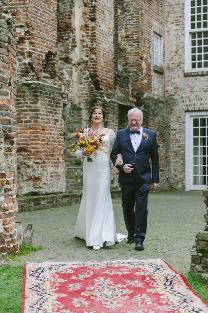der Vater geleitet die Braut zur Trauung | Foto: Hanna Witte
