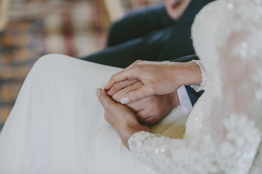 das Brautpaar hält sich während der Trauung an den Händen | Foto: Hanna Witte