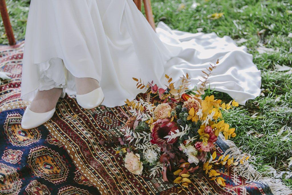 Bei der Trauung liegt der Brautstrauß neben der Braut | Foto: Hanna Witte