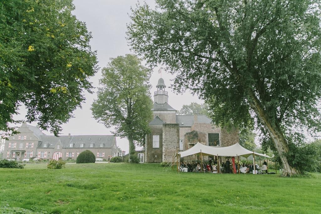 Outdoor Hochzeit im Regen auf der Wiese von Schloss Hertefeld | Foto: Hanna Witte