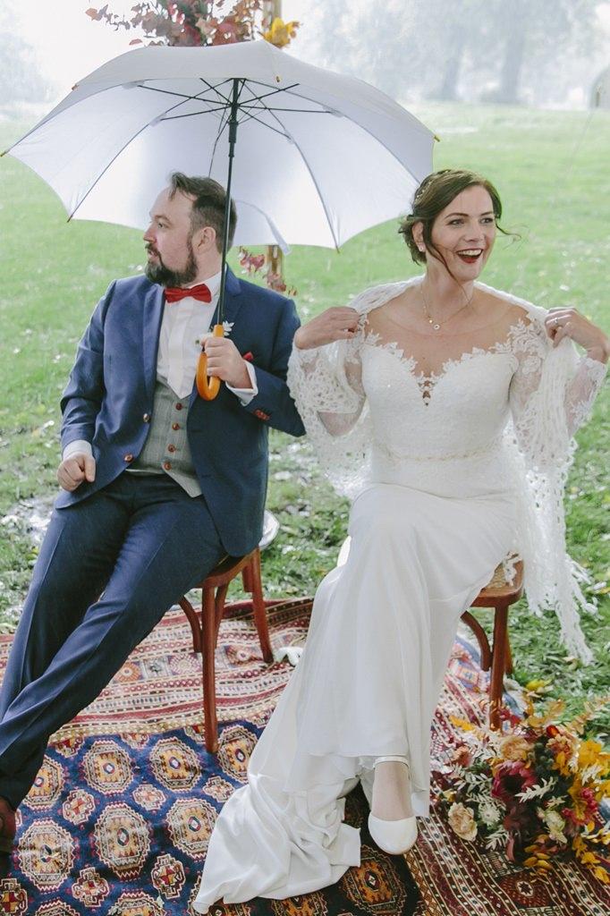 während der Outdoor Trauung regnet es hinter dem Brautpaar | Foto: Hanna Witte