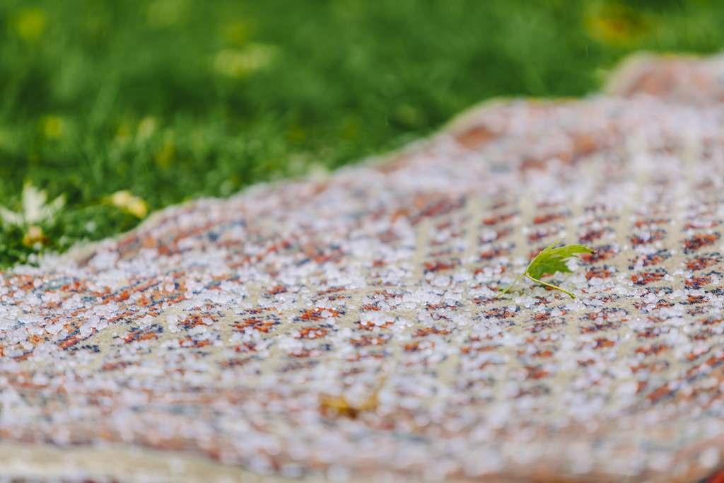 Hagelkörner auf dem Teppich einer Freien Trauung draußen | Foto: Hanna Witte