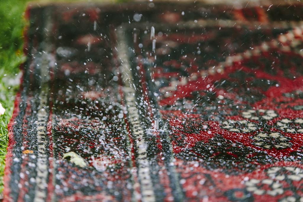 Regen tropft auf die Teppiche bei einer Outdoor Trauung | Foto: Hanna Witte