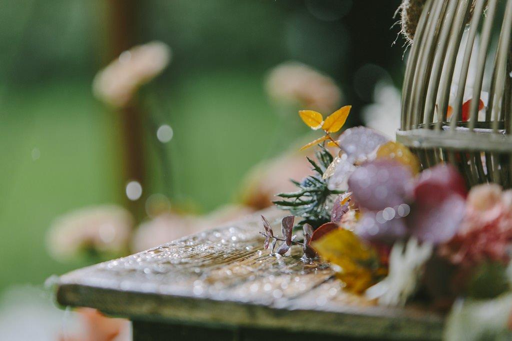 Regentropfen auf der Outdoor Hochzeitsdeko | Foto: Hanna Witte