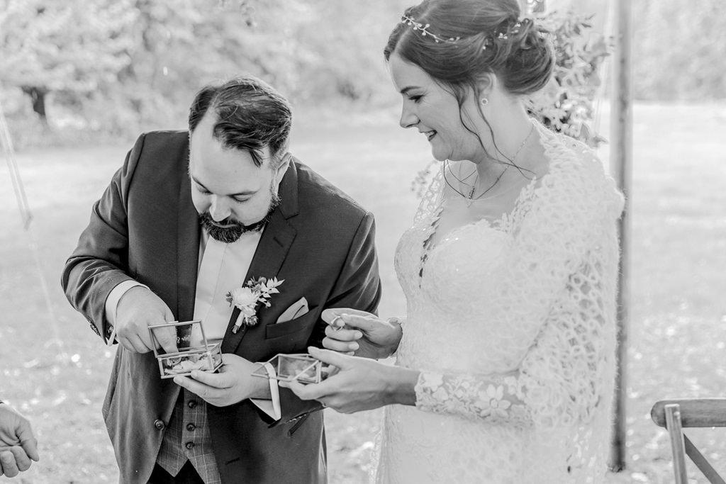 das Brautpaar beim Ringtausch während der Freien Trauung | Foto: Hanna Witte