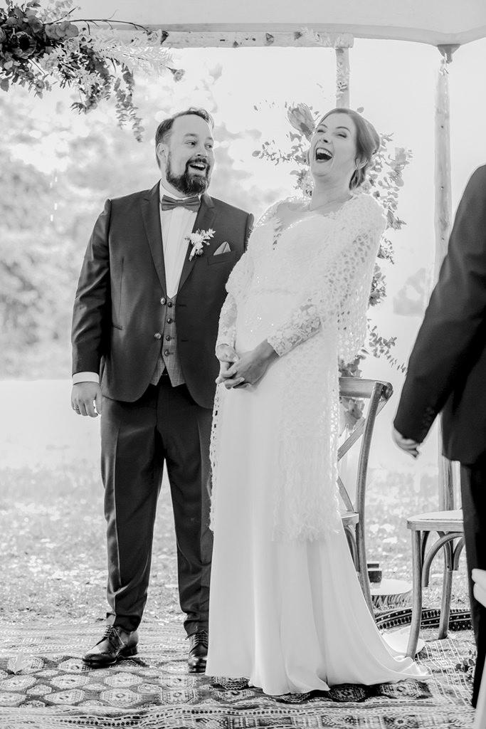 das Brautpaar lacht während der Freien Trauung bei Regen | Foto: Hanna Witte