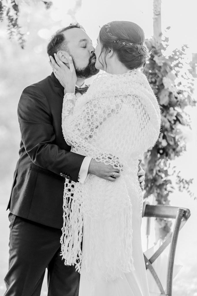 das Brautpaar küsst sich nach der Freien Trauung | Foto: Hanna Witte