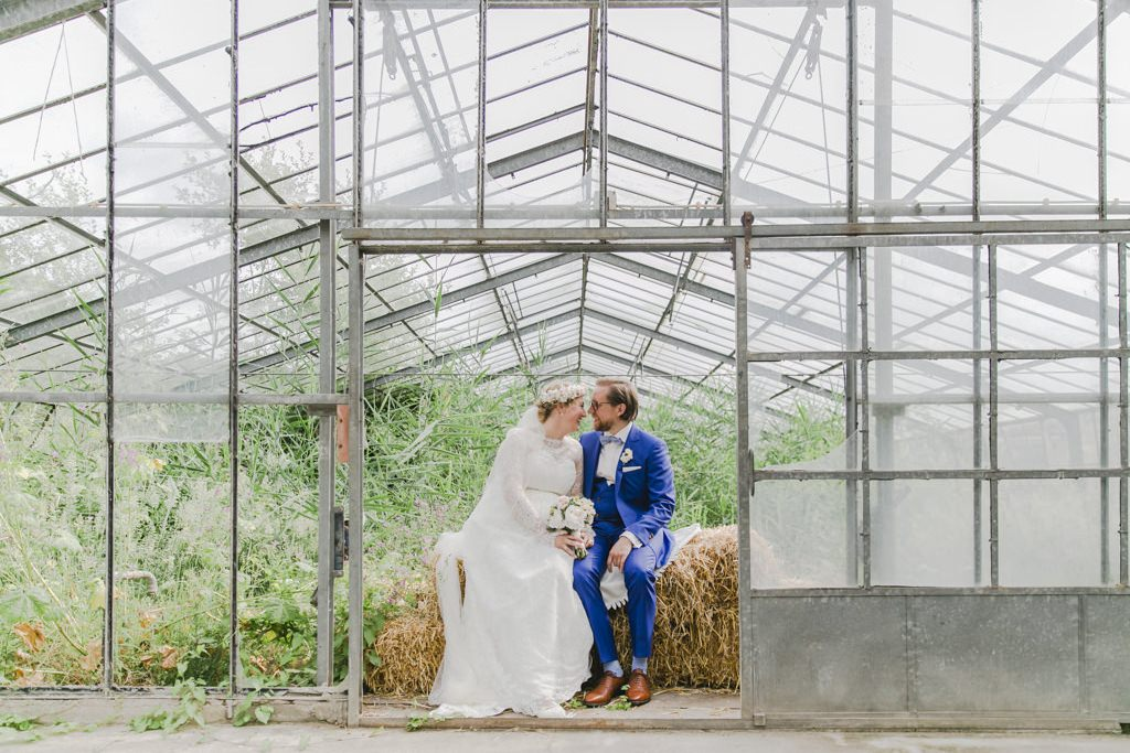 Hochzeitsfoto von Braut und Bräutigam in einem Gewächshaus | Foto: Hanna Witte