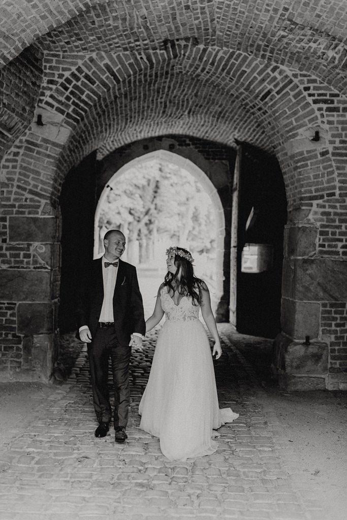 Paarfoto von Braut und Bräutigam in einem Torbogen | Foto: Hanna Witte