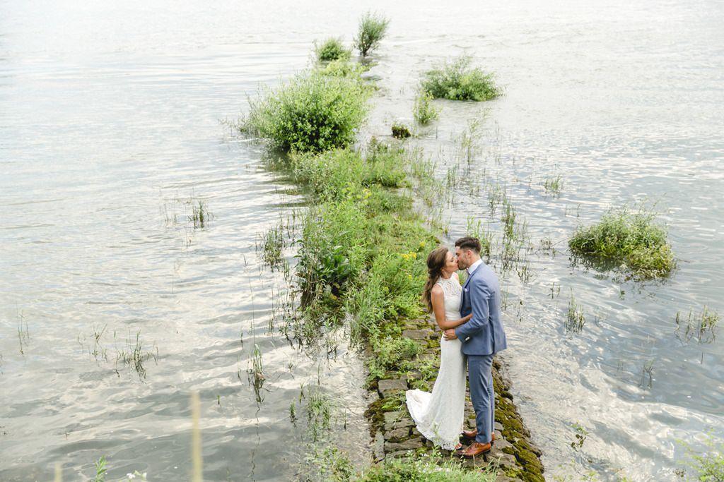 Hochzeitsfoto Brautpaar am Wasser