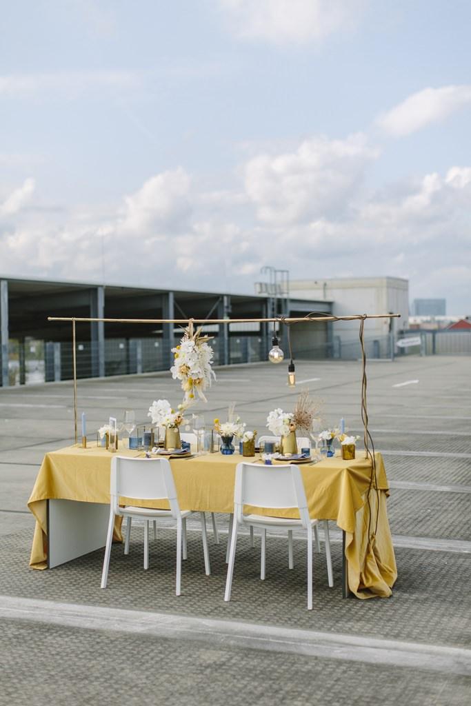 Hochzeitstisch in gelb, gold und blau mit moderner Hängedeko | Foto: Hanna Witte