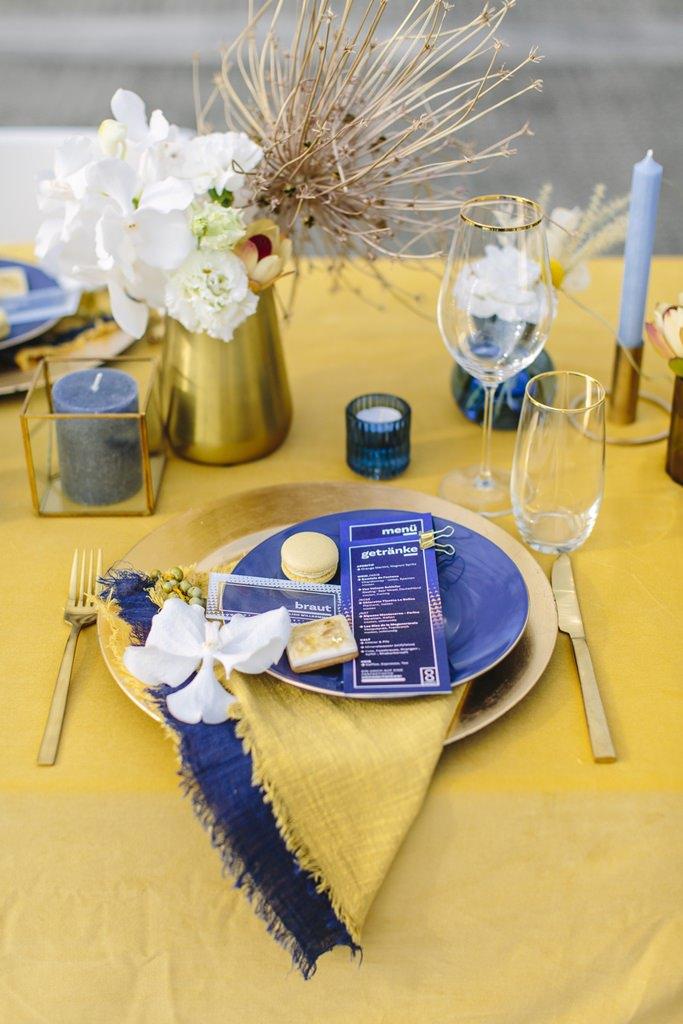moderne Hochzeitstischdeko in gelb und dunkelblau | Foto: Hanna Witte