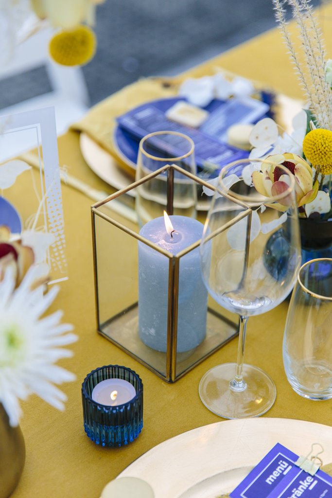 Hochzeitstischdeko mit geometrischen Accessoires in Gold | Foto: Hanna Witte