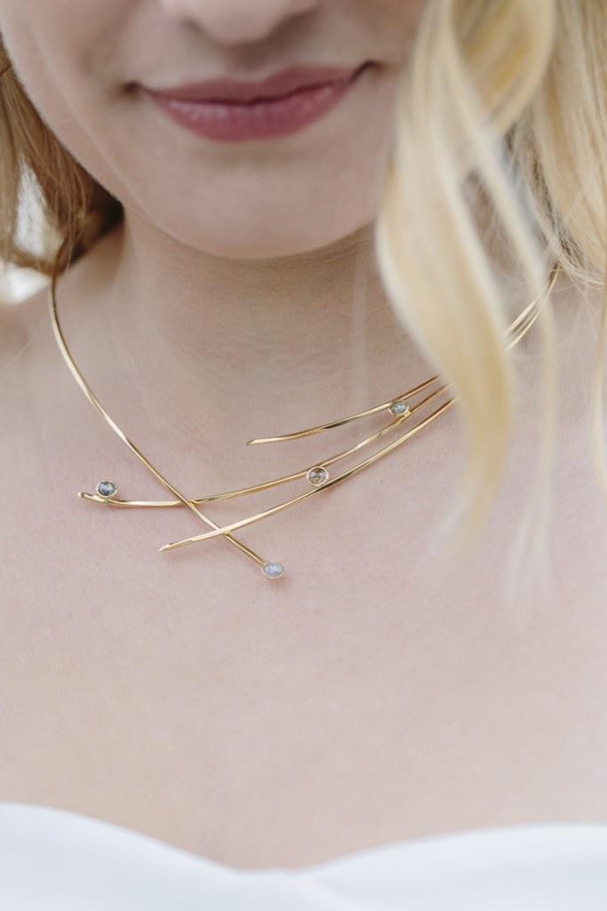Brautcollier aus Gold mit grauen und naturfarbenen Diamanten im Rosenschliff | Foto: Hanna Witte