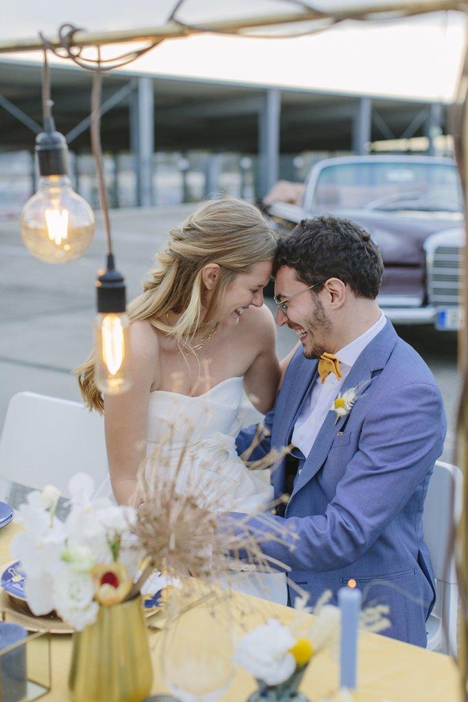 verliebtes Paarfoto von Braut und Bräutigam am Hochzeitstisch | Foto: Hanna Witte