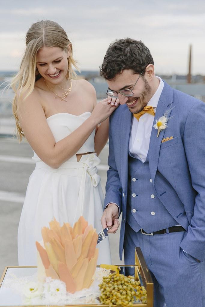 Hochzeitsfoto vom Tortenanschnitt einer urbanen Rooftop Hochzeit | Foto: Hanna Witte